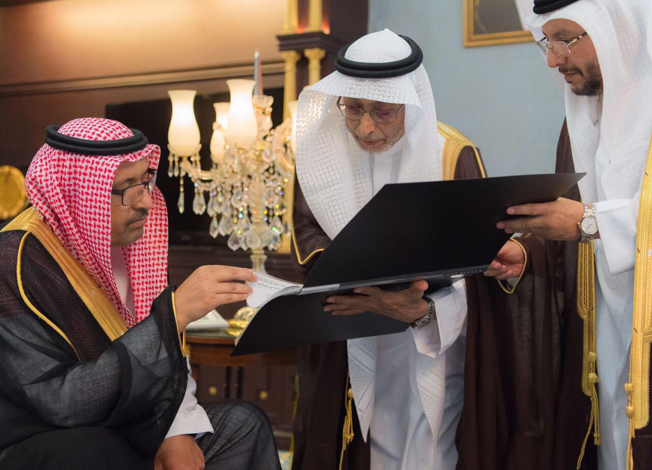 امير الباحة يوقع الشهادة الفخرية لرئاسة الجمعية